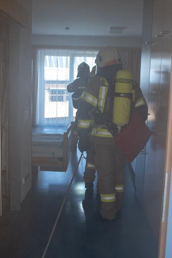 Atemschutztrupp Mutters im verrauchten Patientenzimmer