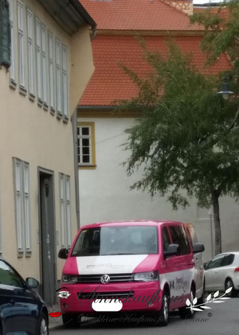Das bekannte, pinkfarbene Shopping-Mobil, mitten in der Erfurter Altstadt