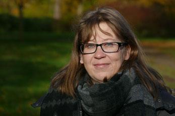 Kirsten Reuß - Assistentin der Geschäftsführung | Frau mit freundlichem Blick, mit Brille und Schal