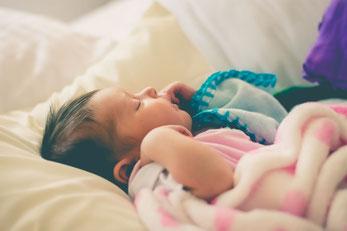 Wenn Kinder im Schlaf zappeln, hat dies Gründe. Warum wir unseren Kindern helfen sollten.