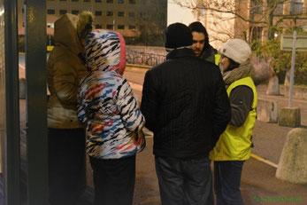 Photo d'une intervention montrant deux bénévoles discuttant avec trois personnes