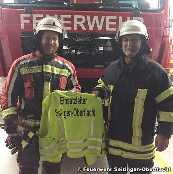 Kommandant Brandmeister Ulrich Zepf und Hauptbrandmeister Peter Leinberger bei der Übergabe der Einsatzleiterweste