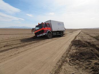 Der Wagen sitzt bis über die Tanks im Sand