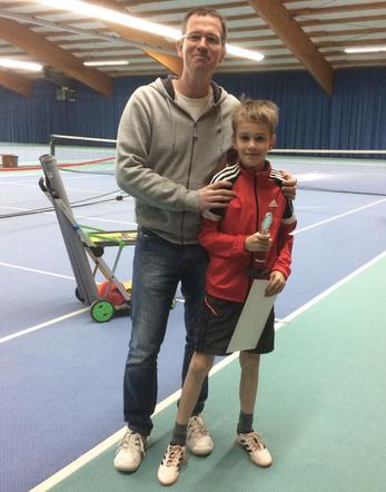 Veranstalter Martin Koma mit Turniersieger Jano Stiegen
