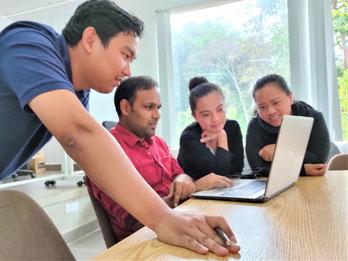 先端技術IT学科の学生がプロジェクトに取り組んでいる様子