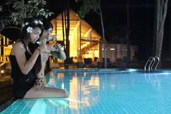 vキリロムパインリゾートの宿泊者がプールを楽しんでいる様子