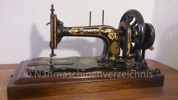 """Singer 12 """"New Family"""", Langschiffchen-Geradstich-Flachbett-Nähmaschine mit Kurbelantrieb, Serien-Nr. 1 755 392, Baujahr ca. 1874, Hersteller: Singer Manufacturing Company, Elizabeth, New Jersey, USA (Bilder: D. Dröschler)"""