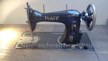 Pfaff 31-30, Geradstich Haushaltsnähmaschine, eingebaut in einem Tisch für Fußantrieb, Vorrichtung für Anbaumotor vorhanden, Hersteller: G. M. Pfaff AG, Kaiserslautern, Baujahr ca. 1938 (Bilder: B. Schlappa)