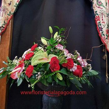 Centro de flores variadas rojas y malva ref C05