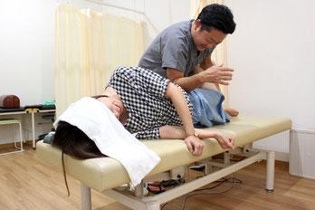 しおかぜ整骨院の院長による手技治療