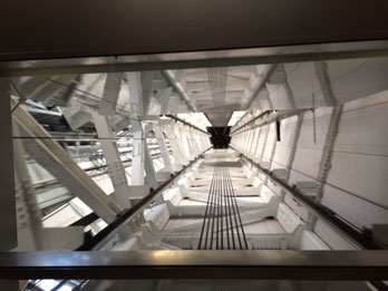 350M展望デッキから450M展望回廊へ登るエレベーター内から上を見た写真です.天井のガラスの部分から上が見れます。