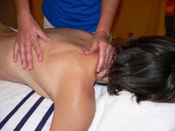 Frau erhält eine Massage
