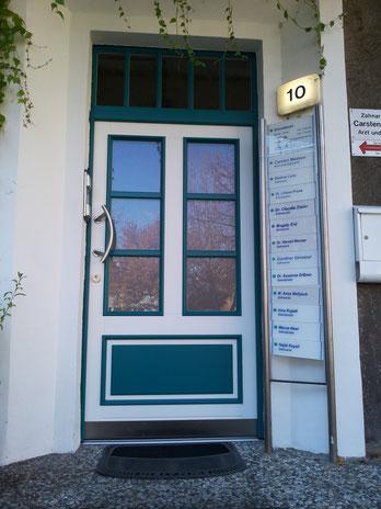 """Haustür mit Oberlicht, gefertigt für eine Zahnklinik, außen im RAL-Ton """"Wasserblau"""" abgesetzt."""