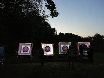 Beleuchtete Zielscheiben auf der Bogenwiese der Esslinger Bogenschützen