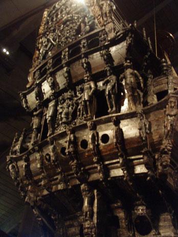 さまざまな発掘品が展示され、船の装飾彫刻が復元されている。