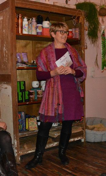 Wortwechsel in violett; Moderatorin Edith Roebers
