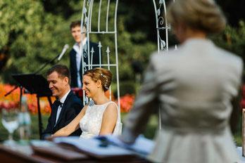 Als freie Rednerin lerne ich viele wunderbare Brautpaare kennen. Hier haben wir im schönen Rosengarten Schloß Berge die Trauung draußen gehalten.