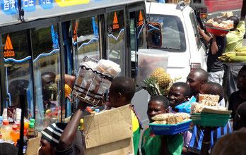 Händler verkaufen Snacks am Reisebus