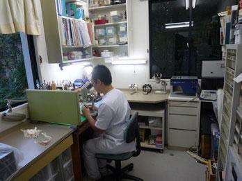 単顕微鏡を使って歯や入れ歯を製作