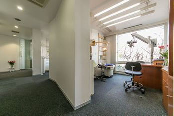 開放感のある診察室と廊下