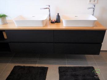wandhängender Waschtischbeckenunterschrank matt schwarz u. Antifingerprint Beschichtung u. einer Eiche-Massivholz-Aufsatzplatte für Aufsatzbecken mit offenem Regal mit integrierter Griffleiste