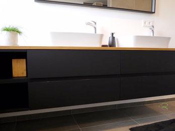 Badschrank mit supermatter Oberfläche, Waschtischbeckenunterschrank matt schwarz u. Antifingerprint Beschichtung u. einer Eiche-Massivholz-Aufsatzplatte für Aufsatzbecken mit offenem Regal mit integrierter Griffleiste