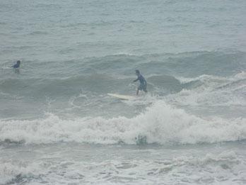 朝から満ち込にかけてサイズアップ!昼過ぎまではハードだった波も、夕方にかけて風も弱まりまとまってきました。