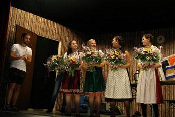 Mit großer Freude nahmen die Schauspielerinnnen den Blumenstrauß entgegen.
