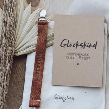 """Geschenkset: """"Meilensteinkarten Glückskind"""" & Schnullerband """"Liebling"""""""