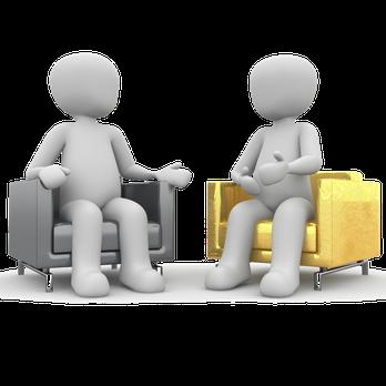 Zwei weiße Männchen in Sesseln sitzend.