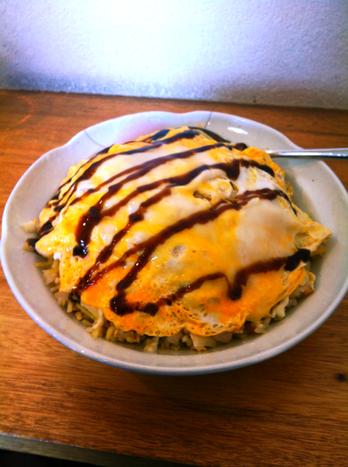 以前にも紹介した「おかもと食堂」のヨンキュウ焼きめしですが昨日は初のチーズのトッピングをしまた(写真じゃわかんないけど)。 当たり前に超美味かった! トッピングにはまりそう、。     次はヨンイチにチーズとイカのトッピングにしよっと。。。。