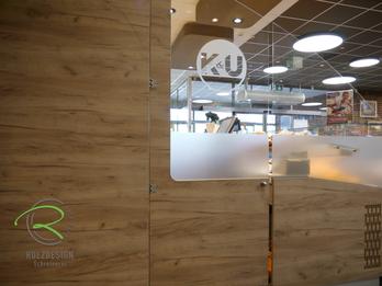 Pendeltür mit Glas u satinierter Logobeklebung, Individuelle Einrichtung für den Ladenbau in Holzdekor, Bäckereieinrichtung K&U Backkultur in Aldingen, Einrichtung für Bäckerei mit Kaffee in hellen Holzdekor, indivduelle Ladeneinrichtung für Bäckerei,