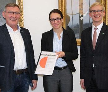 Baugenehmigung überreicht (von links): OB Michael Beck, Lydia Rubart – Referentin Personalstrategie  und Dr. Jens von Lackum – Bereichsleiter Personal und Recht (beide Aesculap AG).