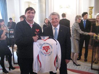 Sportlich: Bundespräsident Joachim Gauck und Manfred Wille (links) mit einem Sporttrikot des CVJM Wolfsburg