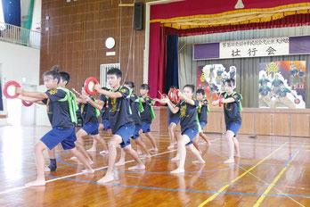 川平満慶太鼓の壮行公演が行われた=14日午後、川平中学校