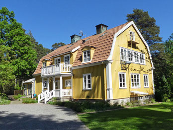 Furugården – utsikt över hus och trädgård