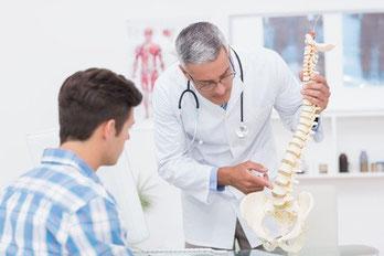 Doctor explaining a spine model to patient © WavebreakMediaMicro - Fotolia.com