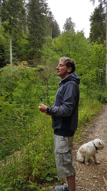 Ich mit meinem Hund in der Natur beim Wohlfühlanker aufladen