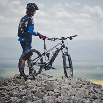 e-Mountainbike Unterschiede werden Ihnen in der e-motion e-Bike Welt Hanau erklärt. Lassen Sie sich beraten.