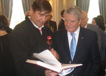 Im Gespräch über die deutsche Einheit vertieft: Bundespräsident Joachim Gauck und Manfred Wille (links)