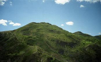 Le Jatum Orcko (mai 2004) - Dominant le fleuve Pilcomayo, le Cerro Jatum Orcko marque le Nord de la communauté. Il s'agit du plus haut sommet d'un ensemble de trois monts se prolongeant vers le Nord.