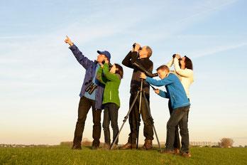 Gruppe von Vogelfreunden beobachtet den Vogelzug