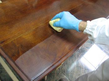 Restauración cómoda de caoba
