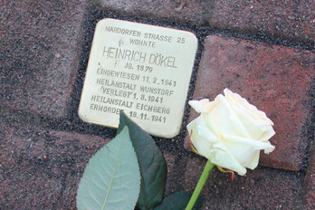 Eine weiße Rose für Heinrich Dökel – in der Mardorfer Straße in Rehburg liegt nun der Stolperstein für ihn.