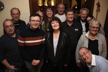 Aus England sind Angehörige der Familie Freundlich, aus Westfalen der Familie Busack angereist – und tauschen sich mit Mitgliedern des Arbeitskreises Stolpersteine Rehburg-Loccum aus.