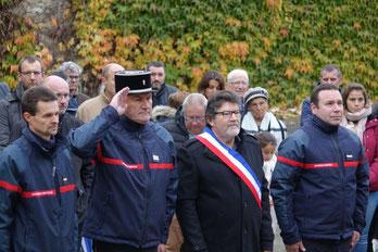 Le maire, Didier Simon, entouré des sapeurs-pompiers du centre de première intervention de Saint-Eugène avec à leur tête le Lieutenant Pascal Lecornec.