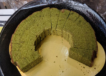 バウムクーヘン(2種類の抹茶で2層です)を切って試食してもらいました。