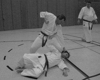 Festlegen des Gegners am Boden mit finaler Technik
