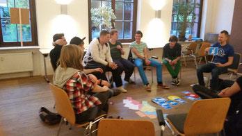 Ein Gruppenfoto mit mehreren Karten in der Mitte, insgesamt war die Stimmung sehr locker,entspannt und lustig.