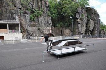 Skate Parc Annonay Ouvert pour skate et rollers. Il dispose d'un lanceur, une barre de slide, une table, un box, un banc, un module pyramide, un quater half pipe.